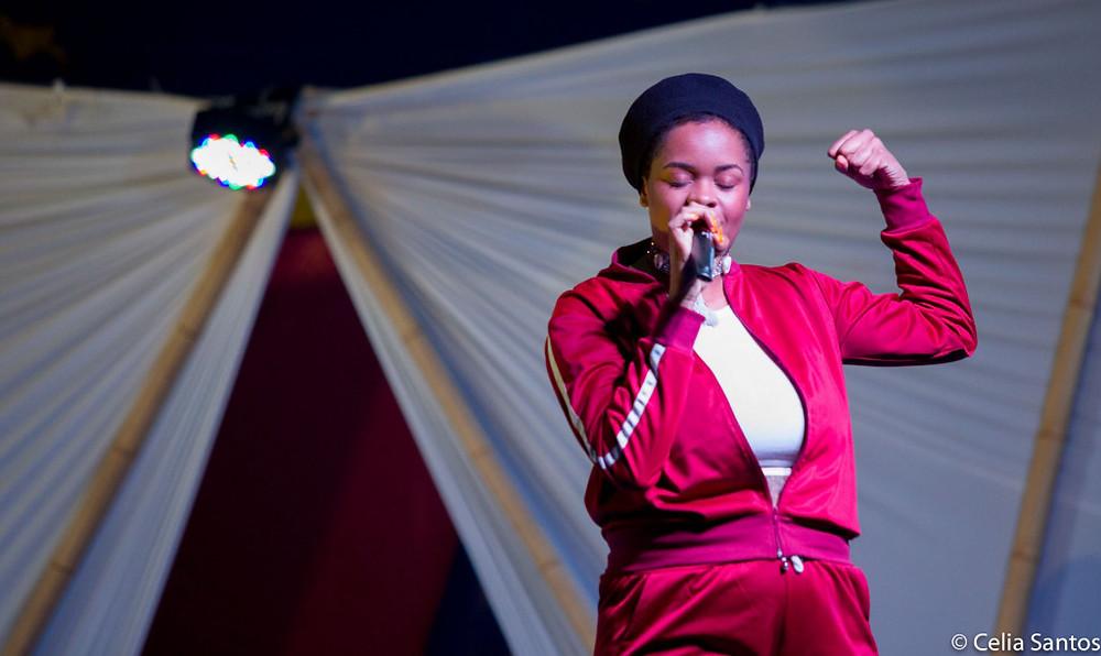 No Sarau Caravana, Tássia não poupou a voz marcante que ganha espaço na música brasileira. (Foto: Celia Santos)