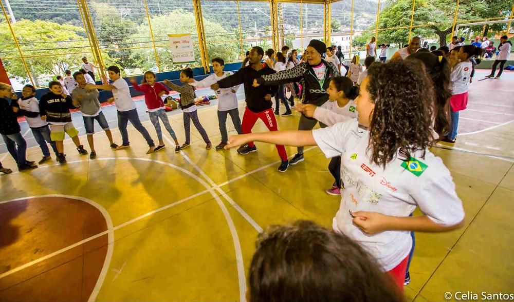 Tássia Reis se juntou ao atleta Diogo Silva no taekwondo e se divertiu feito criança.