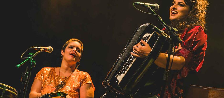 O fole da sanfoneira Lívia Mattos e a percussão afiada de Alessandra Leão, na Casa Brasileira