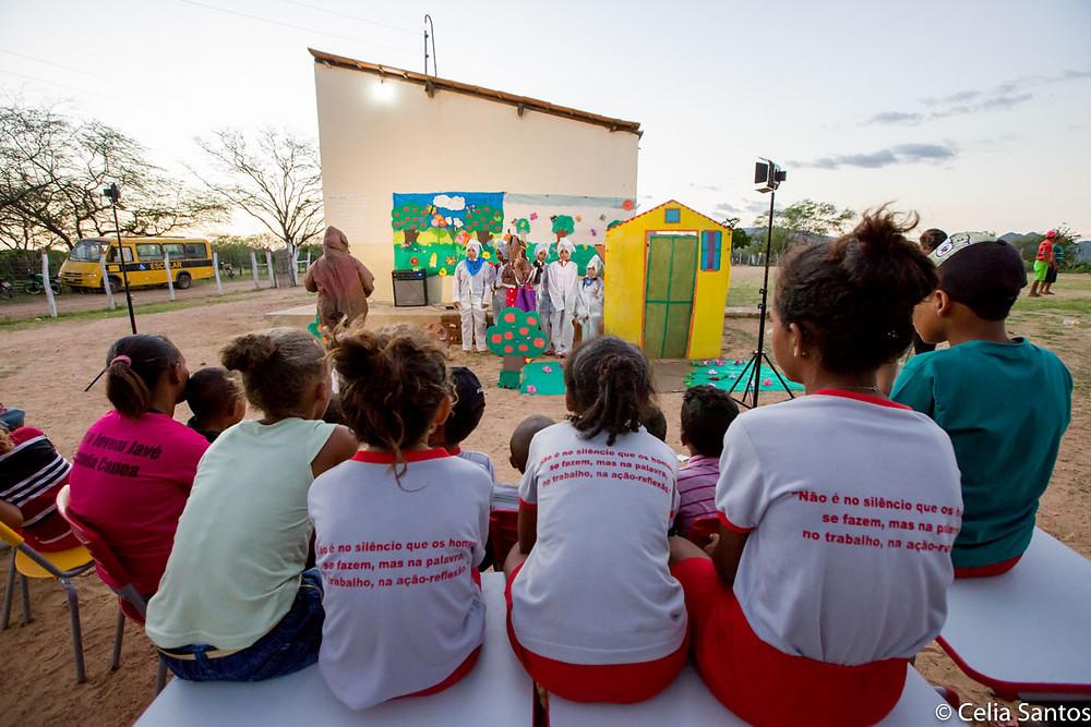 As histórias, ainda que assustadoras, ajudam no fortalecimento de tradições e educação de crianças.