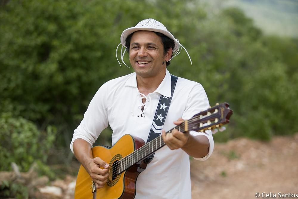 João DiCarvalho é artista sertanejo. Ela canta, faz poesias, ensina e pinta. Sua fonte de inspiração também é a sua terra. (Foto: Celia Santos)