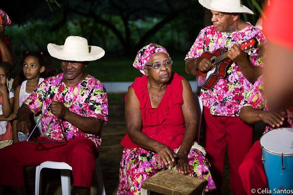 Dona Amélia não perde a satisfação em tocar o tamborete para os senhores do samba dançarem. (Foto: Célia Santos)