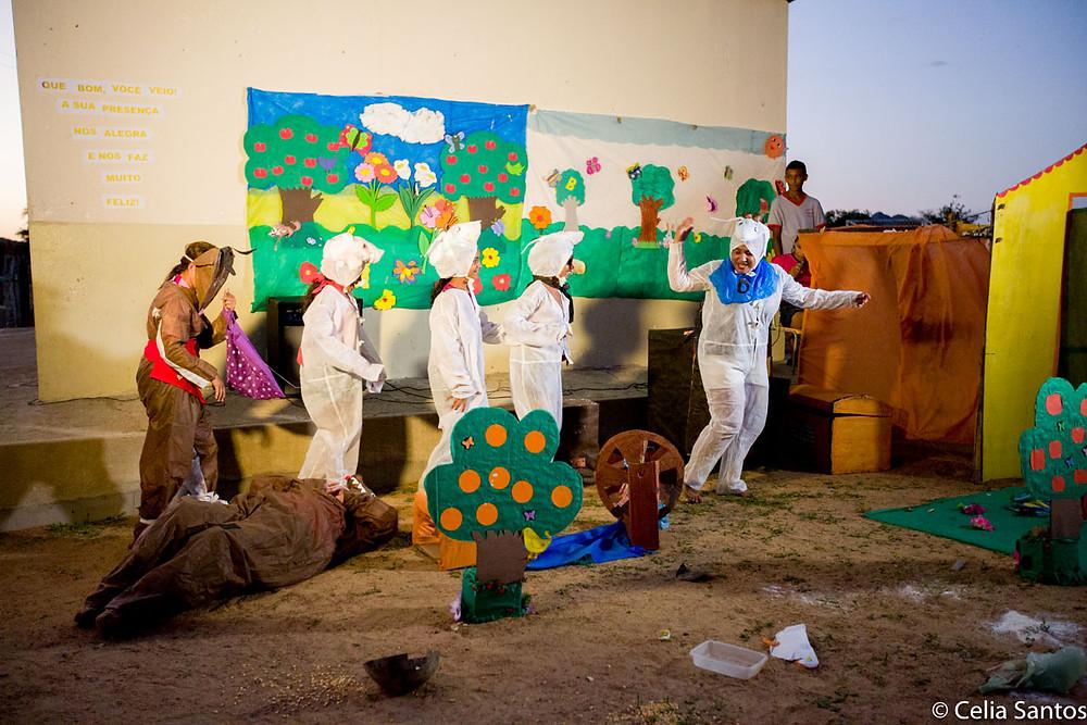 Professores dão exemplo de educação pela arte com teatro divertido, que abordou cultura regional. (Foto: Celia Santos)