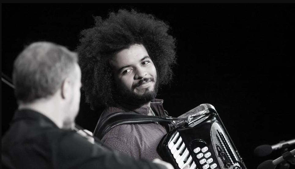 Um dos assuntos com o amigo violinista Nicolas Krassik é o projeto Caravana das Artes, onde Mestrinho estreia na próxima semana. | Foto: Divulgação.