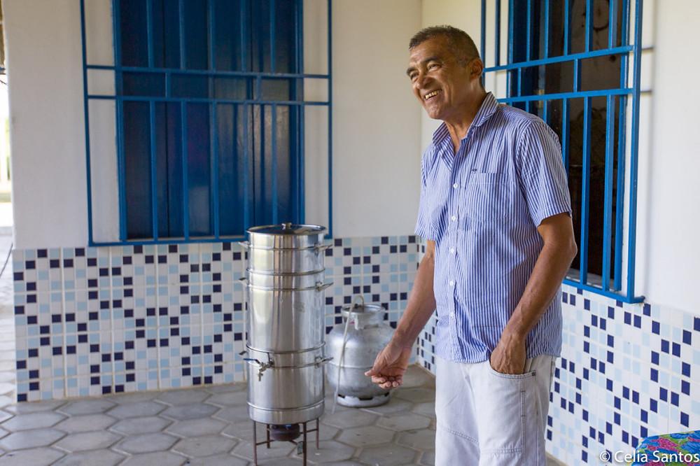 """Francisco Chagas, 60 anos, e o aparato que o fez soltar """"pinotes"""" de alegria. (Foto: Celia Santos)"""