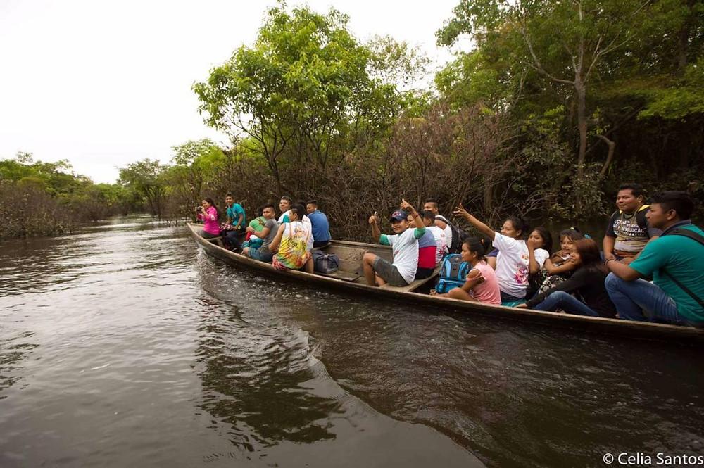 A região alagada não impediu que as pessoas chegassem ao Vozes do Purus com as embarcações.