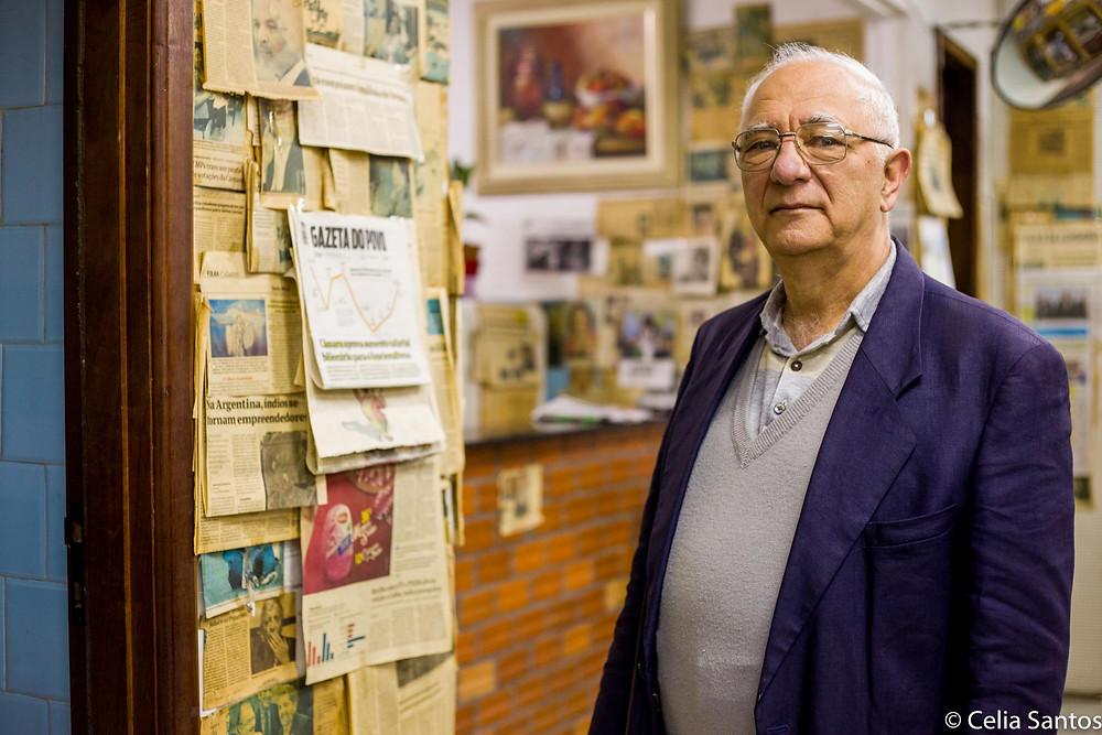 O livreiro e sua extensa coleção de jornais verticais. (Foto: Celia Santos)