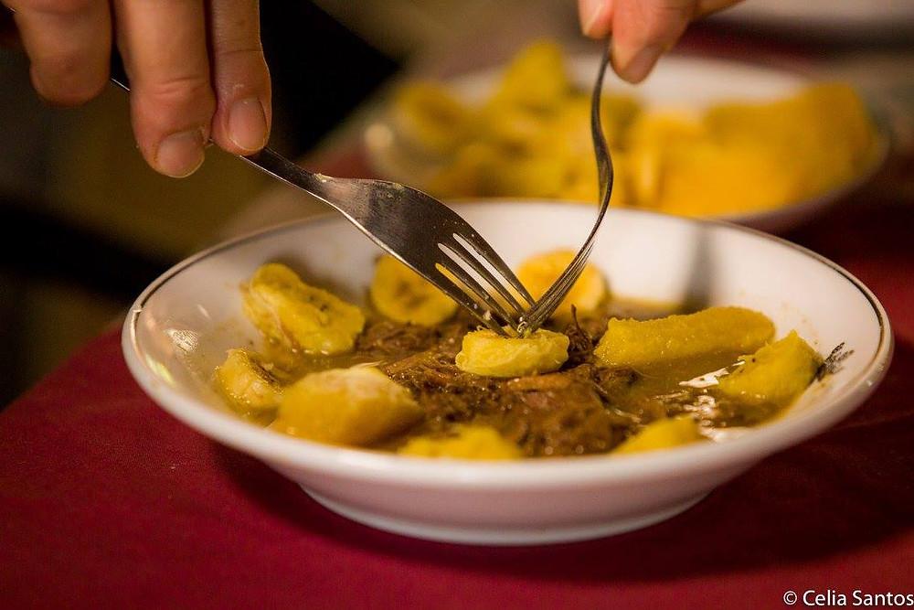 Banana da terra e laranja dão sabor especial e ajudam na digestão de proteínas.