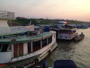 Barcos estavam ancorados em Lábrea, onde os indígenas buscam suporte para serviços que não chegam a suas aldeias. (Foto: Reportagem Caravana das Artes)
