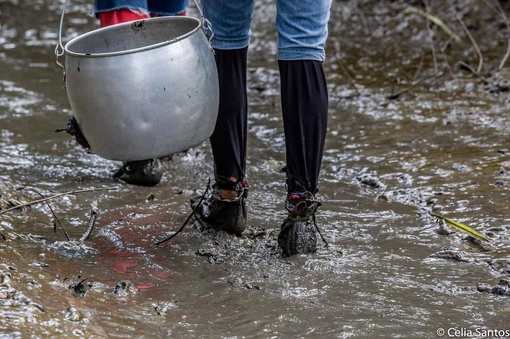Os pés são cobertos com sapatos de tecido, mas a lama é inevitável. (Foto: Celia Santos)