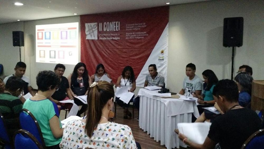 Grupos foram divididos para discutir temas específicos e trabalhar em soluções práticas.