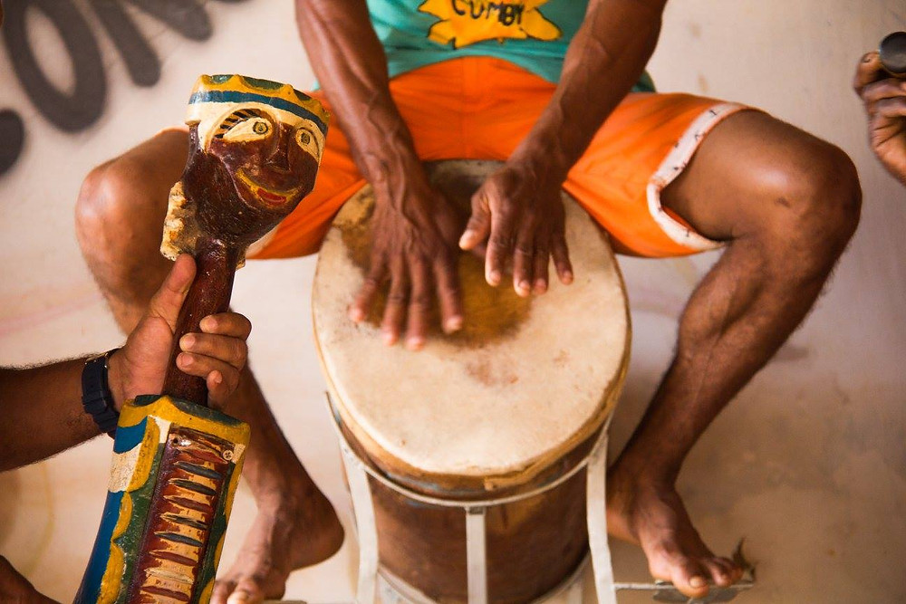 Casaca se junta aos tambores. Ela é o instrumento peculiar que difere o ritmo do Congo de Máscaras na região do Moxuara. (Foto: Rafa Yamamoto)