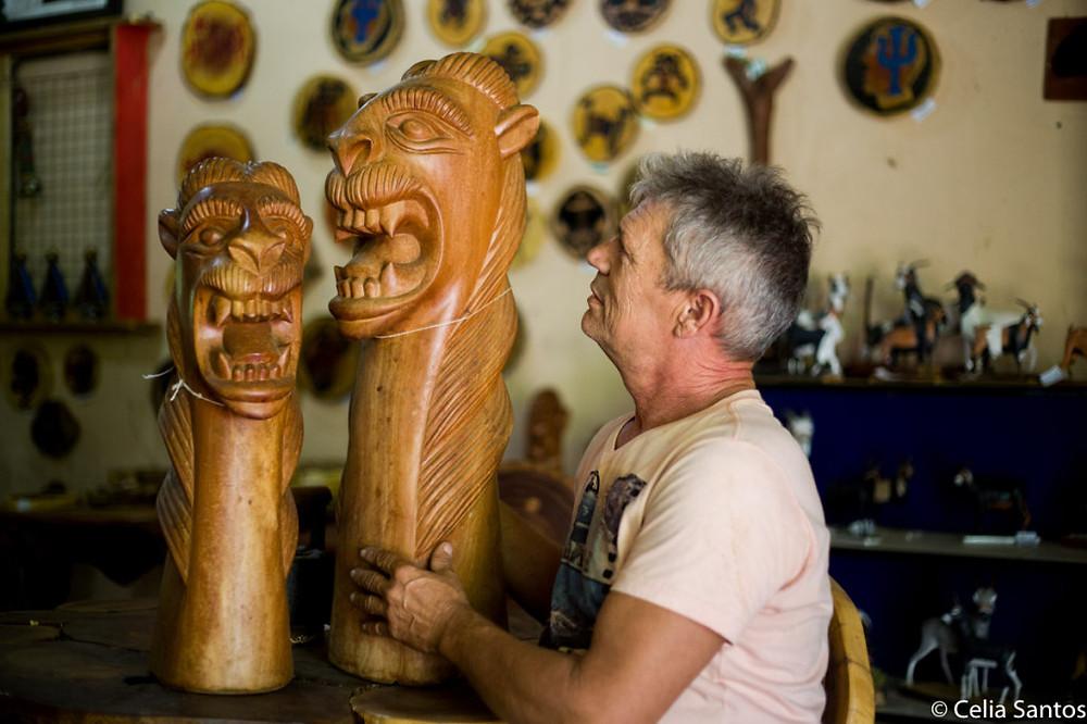Carrancas tão tradicionais em Petrolina iniciaram Rock Santeiro na arte de talhar madeira. (Foto: Celia Santos)