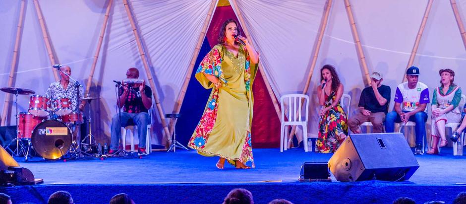 Em ritmo pernambucano, cantora Adriana B gira roda da educação