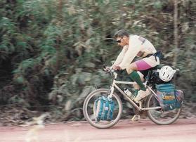 Osvaldo Stella pedalando na Rodovia Transamazônica em 1992. (Foto: Osvaldo Stella / Arquivo pessoal)