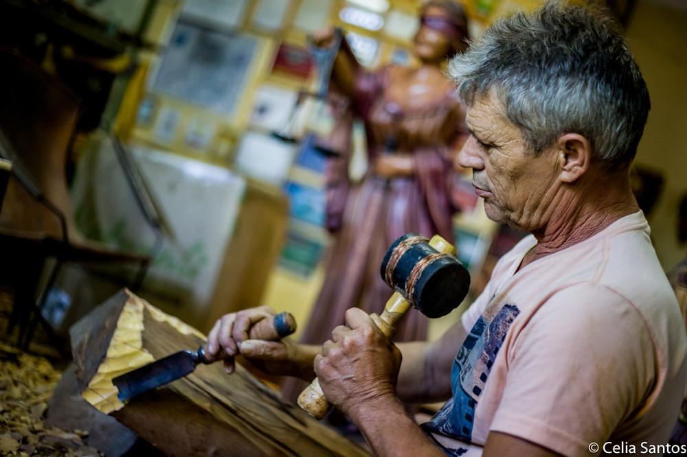 Madeiras que seriam queimadas ganham um novo, e grato, destino nas mãos do artesão. (Foto: Celia Santos)
