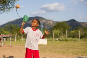O que poderia ser lixo, torna-se brinquedo na mão do pequeno sertanejo. (Foto: Celia Santos)