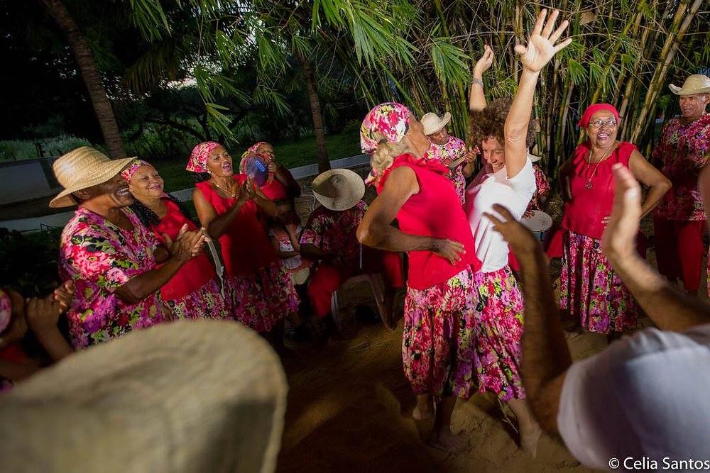 A umbigada é um dos movimentos característicos do Samba do Véio, que exige muito fôlego dos participantes. (Foto: Celia Santos)