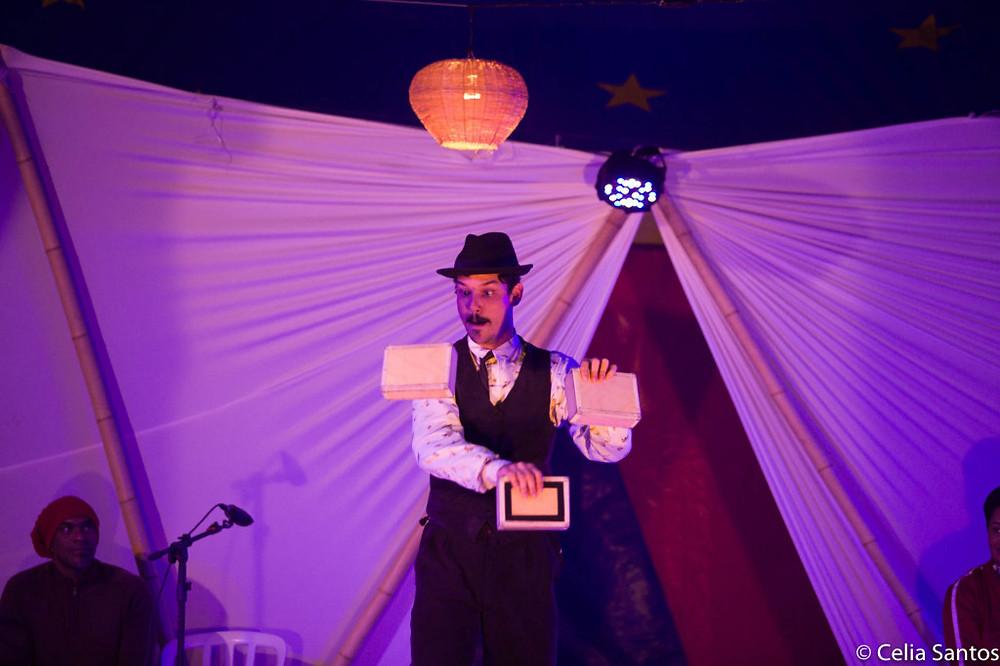 Lumineiro durante apresentação no Sarau Caravana. (Foto: Celia Santos)