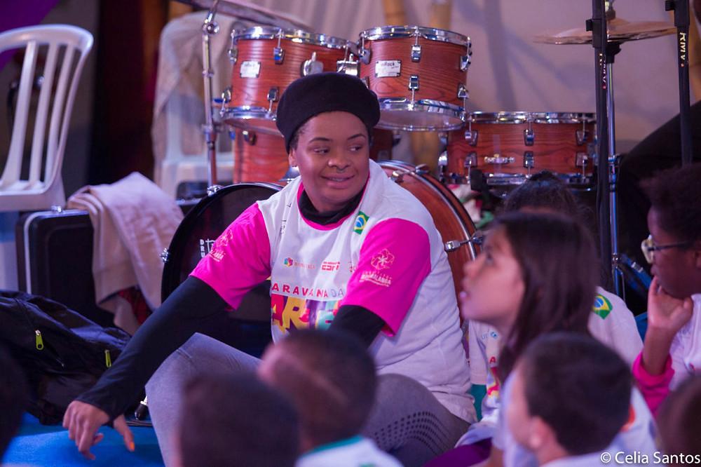 Tássia Reis cantou com as crianças os temas falam do mar, como a Suíte do Pescador, de Dorival Caymme.
