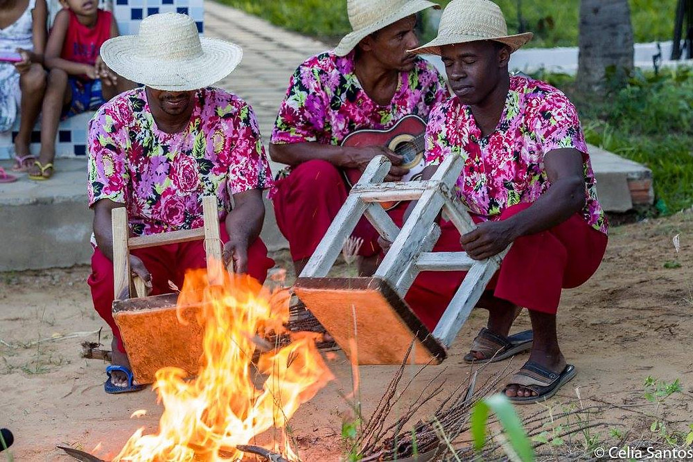 Tamborete é afinado no fogo. Instrumento é fundamental na tradição da Ilha do Massangano. (Foto: Celia Santos)