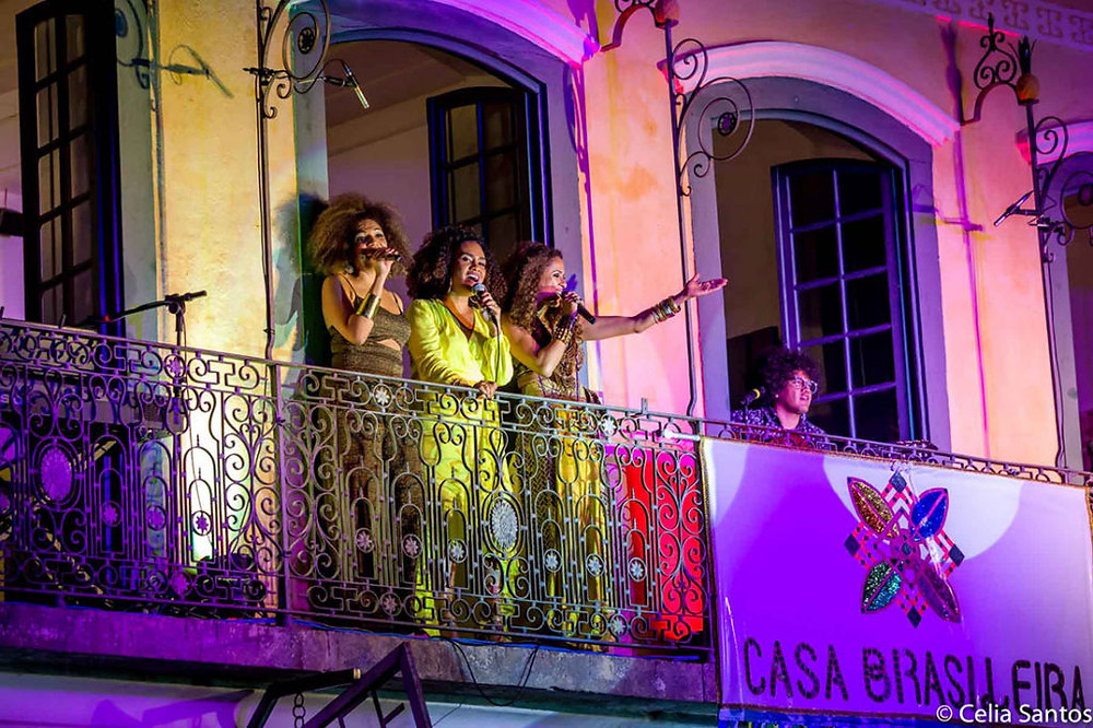Luciana ao lado de Mariene de Castro e Renata Jambeiro na abertura da Casa Brasileira - Foto: Célia Santos