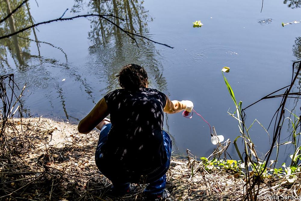 Um copinho e um fio são os recursos simples, porém fundamentais para que a voluntária cumpra sua função e mantenha viva sua esperança (Foto: Celia Santos