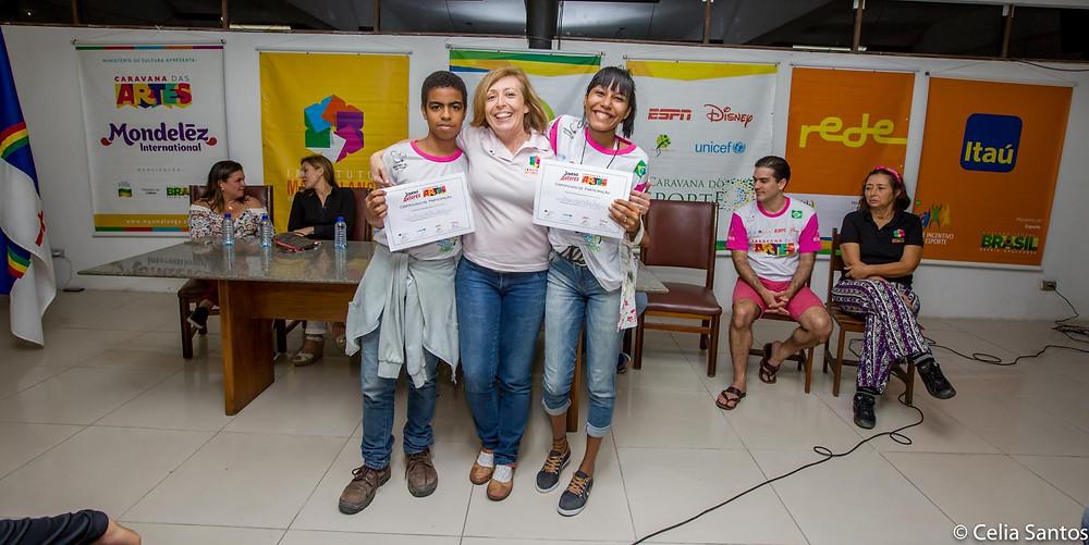 Professora Alexandra Pericão com alunos de Recife. | Foto: Celia Santos/ Instituto Mpumalanga.
