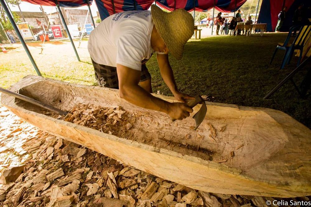 Ao longo dos três dias, Evaldo transformou o tronco com a força do corpo e apenas dois machados. (Foto: Celia Santos)