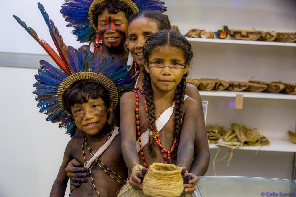 Joana abandonou a vida na cidade para viver com a nova família: indígena e feliz. Graduada, ela se mostra habilidosa no artesanato e nas artes de sua aldeia. (Foto: Celia Santos)