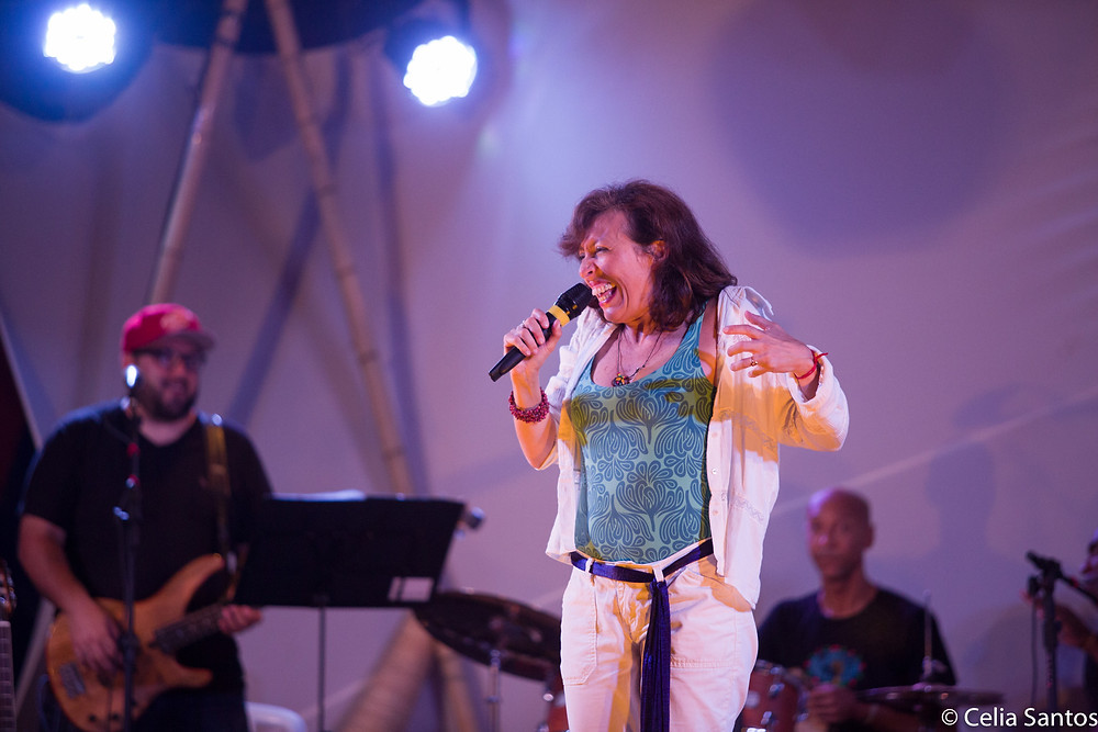 Alexandra interpreta história no Sarau Caravana.
