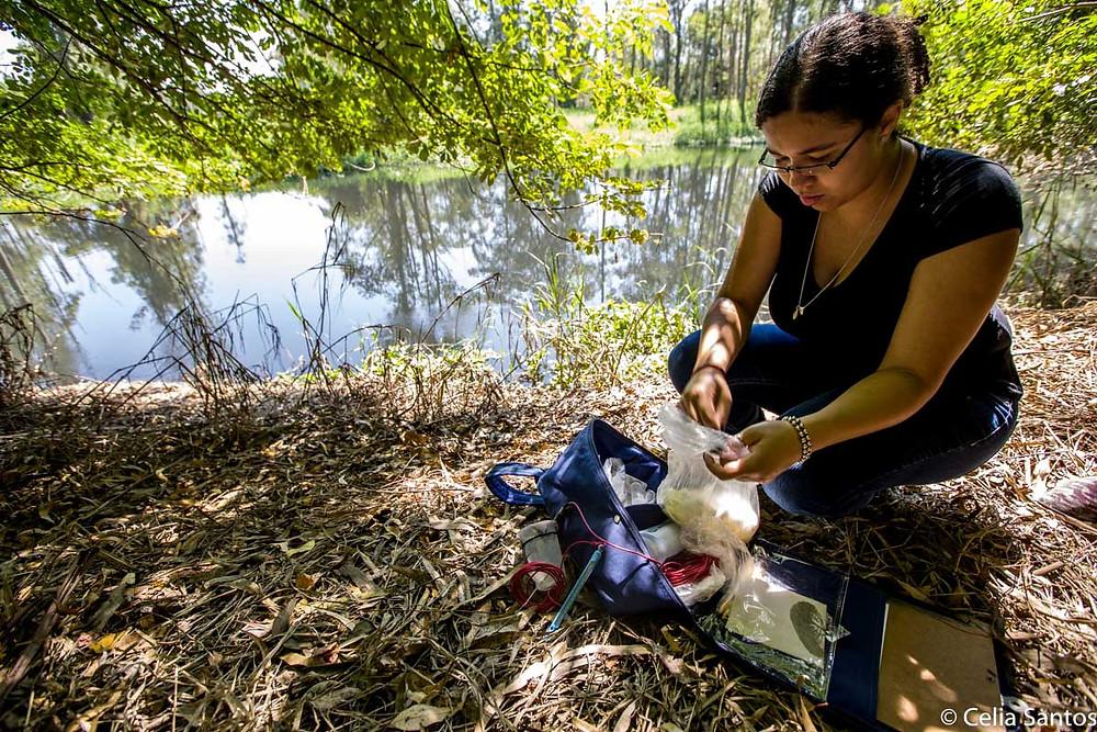 A parte que lhe cabe: Fernanda é voluntária na medição dos níveis de poluição do Tietê.