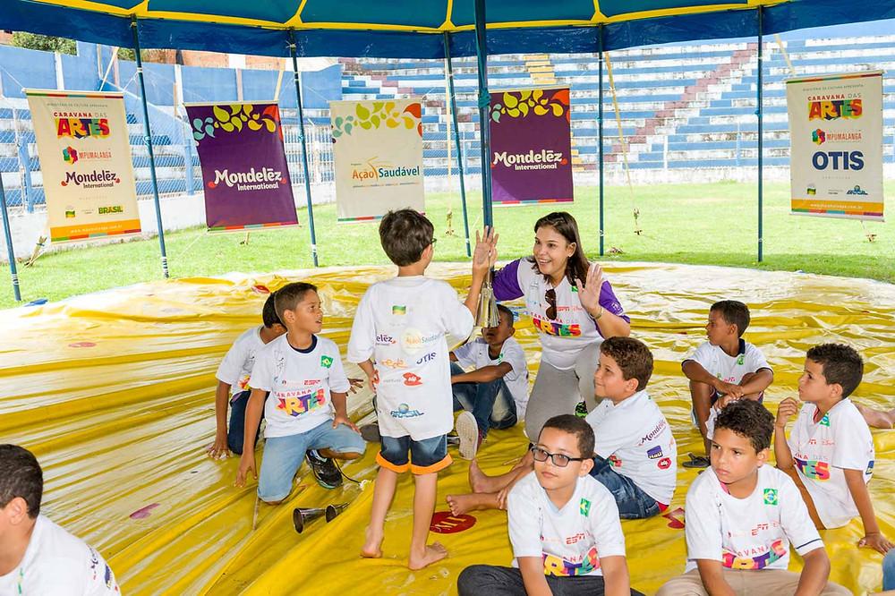 Adriana B sabe a importância da identidade cultural no desenvolvimento das crianças.