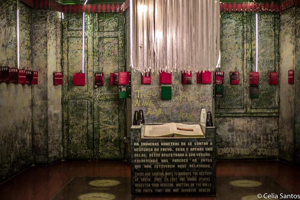 Na ala cronológica do frevo, as paredes que permitem intervenção a giz mobilizam visitantes a entrarem na história. (Foto: Celia Santos)