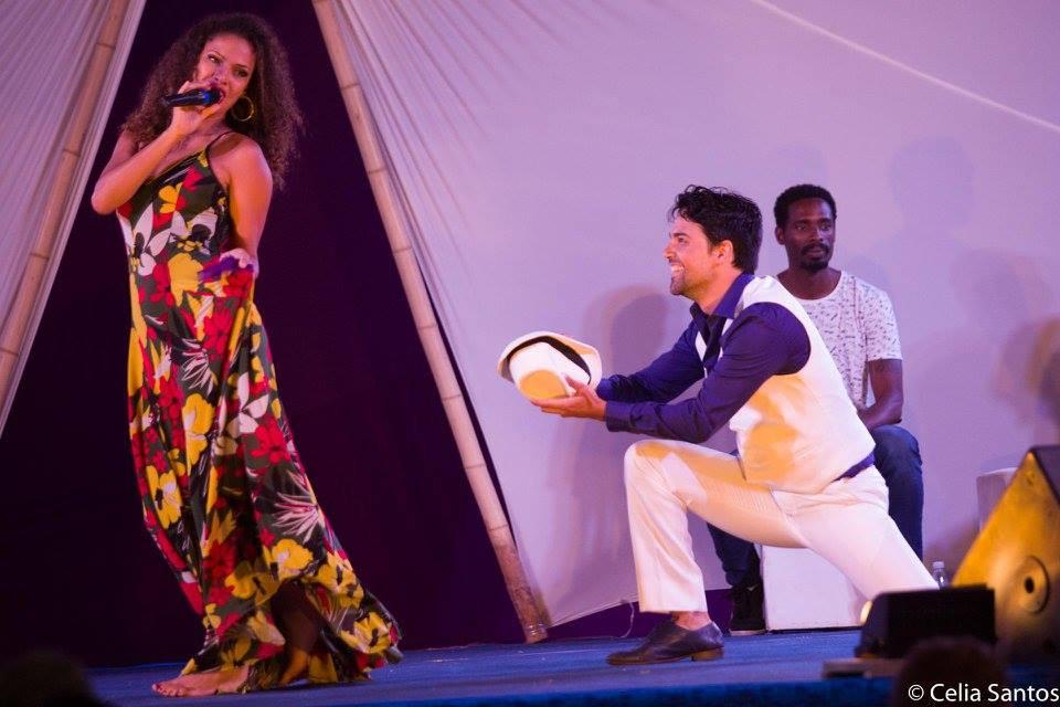 Na Caravana, Renata canta com o ator Josafá Filho. Eles também dividem a sala de aula na Oficina Jovens em Ação.