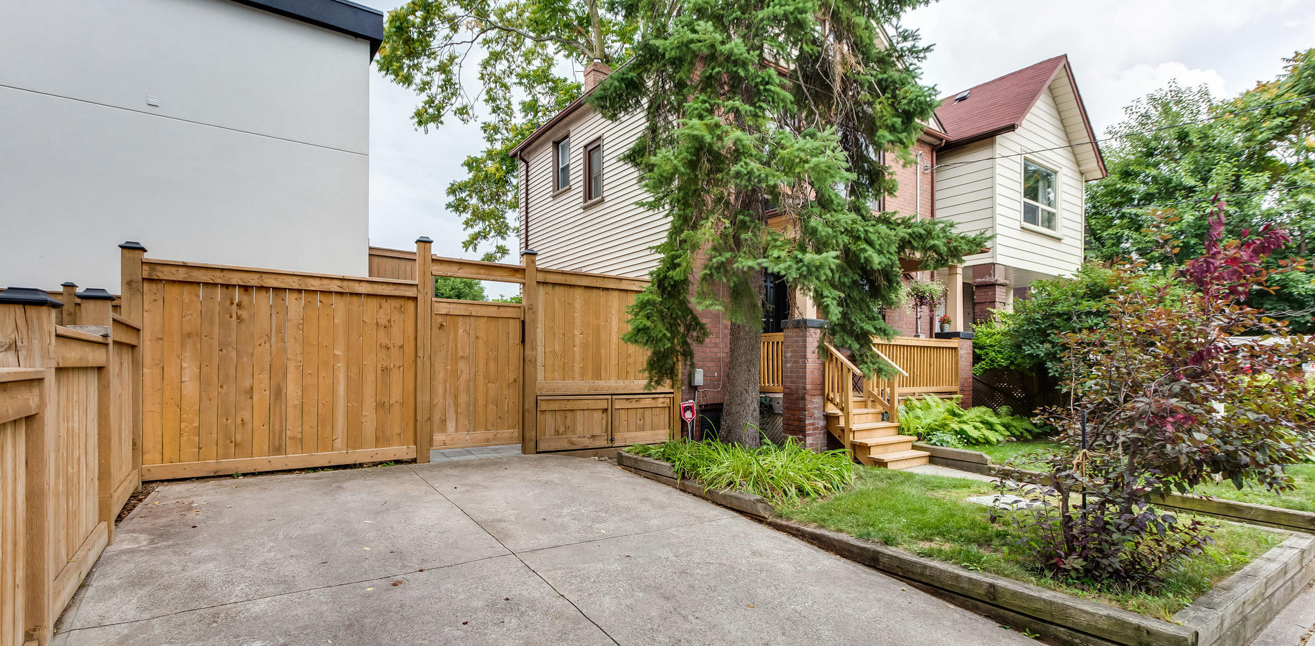 269 Lumsden Ave Toronto ON M4C-028