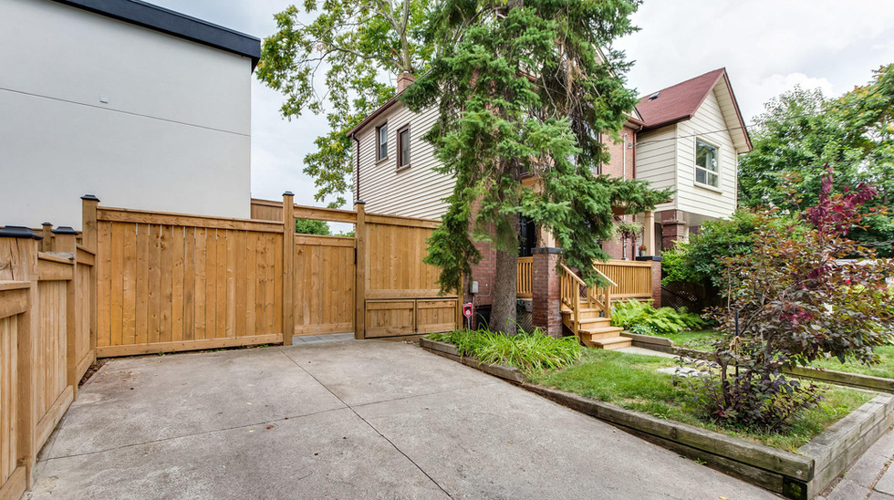 269 Lumsden Ave Toronto ON M4C-028