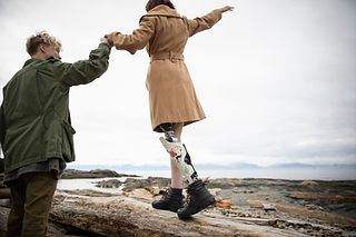 Mann mit Amputierten Freundin am Strand