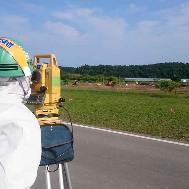 タイベックスーツを着用しての測量2(福島第一原発事故に伴う復興業務にて)