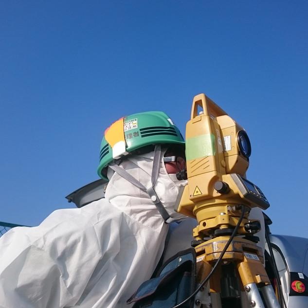 タイベックスーツを着用しての測量(福島第一原発事故に伴う復興業務にて)