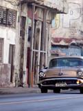 Voiture américaine dans une rue de la Havane - Cuba