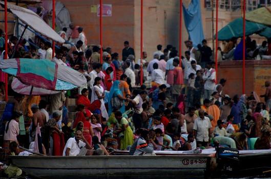 La ville de Varanesi en Inde pendant l'heure de la prière.