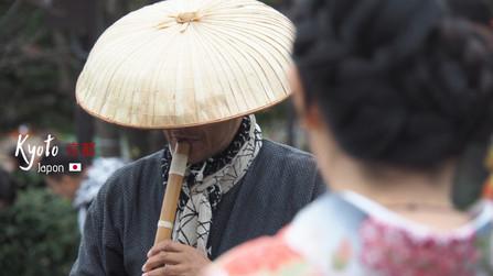 Japonais en tenue traditionnelle