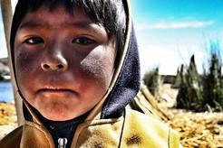 Jeune péruvien sur son île.