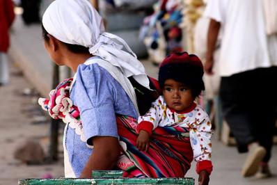 Une mère et son enfant dans la rue en Bolivie