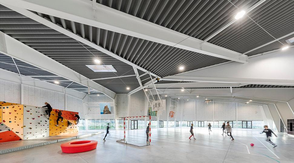 Strucure in roof and light flowing into indoor sportsactivities, Ørestaden