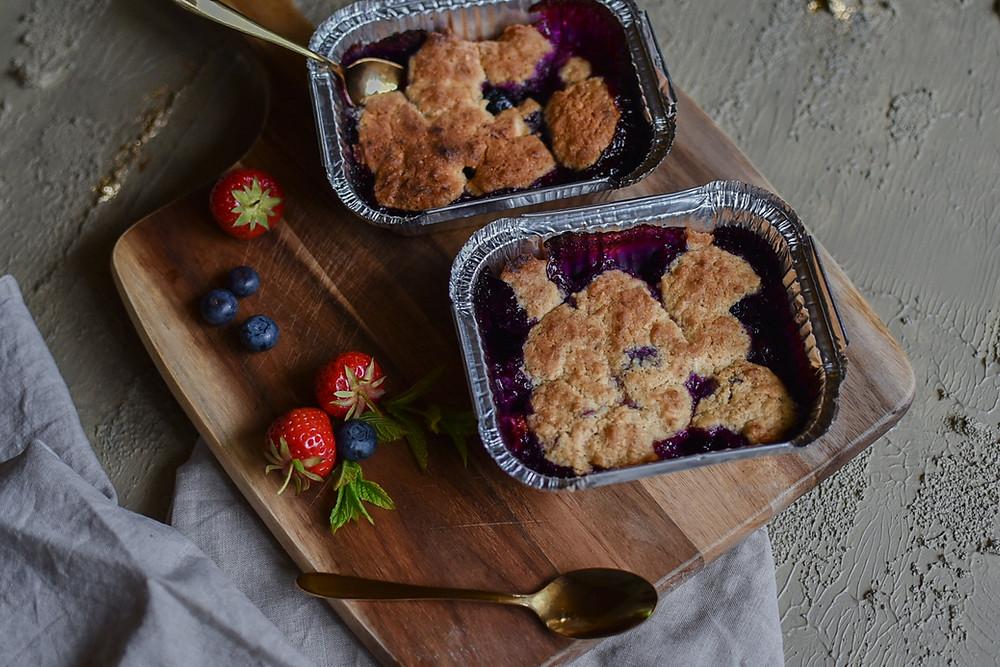 Beeren Crumble mit weißer Schokolade und Mandel-Streusel