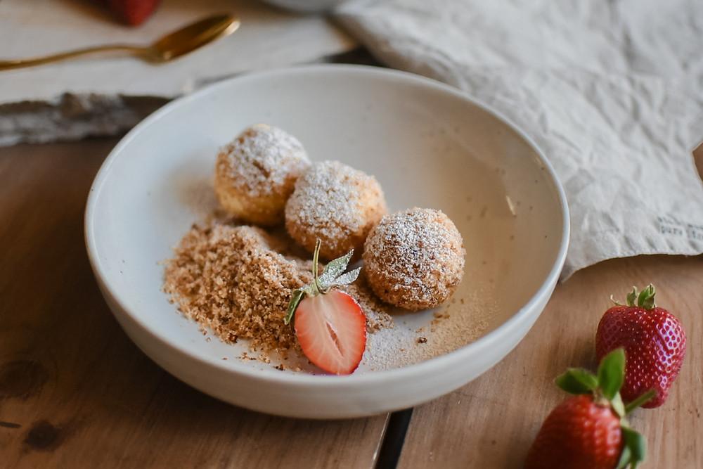 Mini Topfenknödel mit Erdbeersauce!