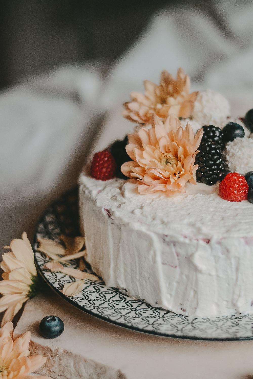 Naked Cake mit frischen Himbeeren