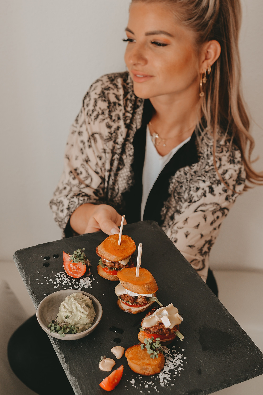 Mini Süßkartoffel-Burger mit Avocadocreme